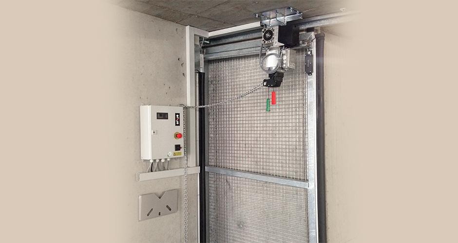 GfA-Schiebetor-ELEKTROMATEN ST im Einsatz an einem Einstellhallenschiebetor. Kraftübertragung mittels Schlaufketten System