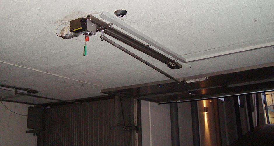 GfA-Schwingtor-ELEKTROMATEN SW im Einsatz an einem Kipptor mit der ROWI-TECH AG KS-Antriebsschiene und der FST 0,75 Steuerung