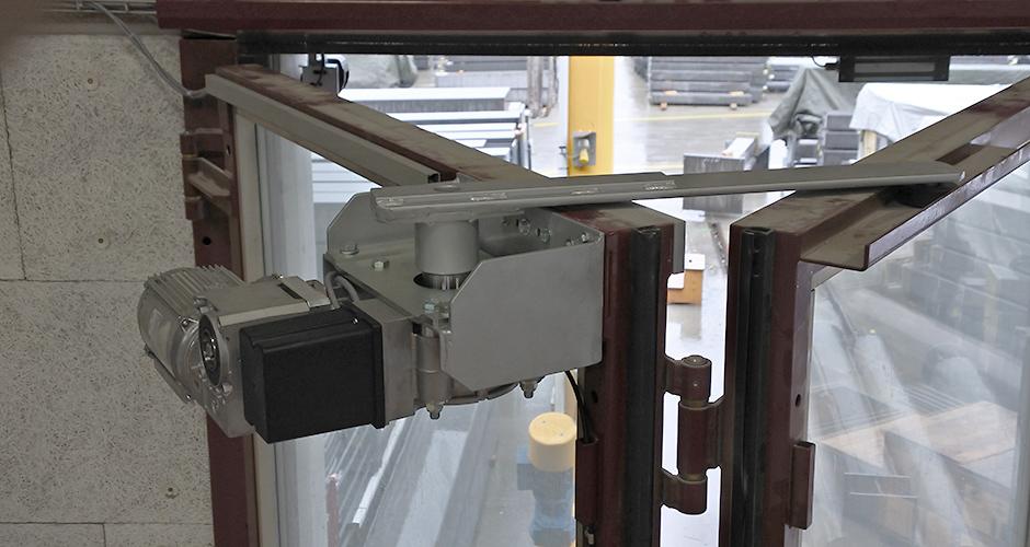 GfA-Falttor-ELEKTROMATEN FT im Einsatz an einem Falttor mittels selbst Konstruierter Antriebskonsole und Hebelarm der ROWI-TECH AG