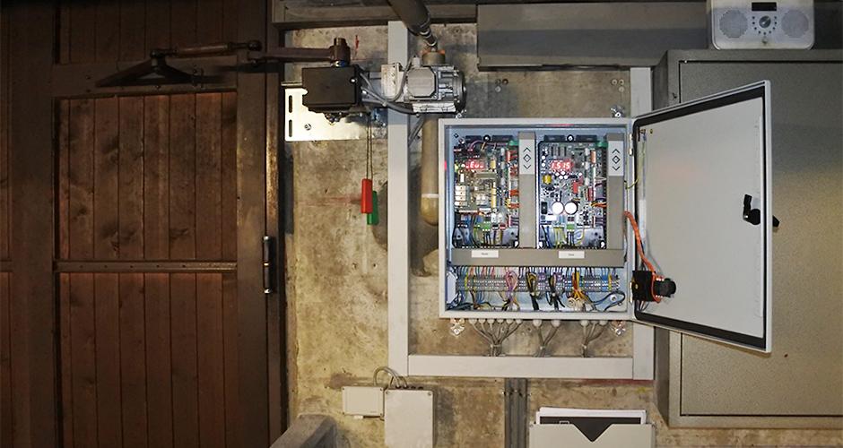 GfA-Falttor-ELEKTROMATEN FT im Einsatz an einem zwei flügligem Falttor. Dazu eine Master/Slave Sondersteuerung