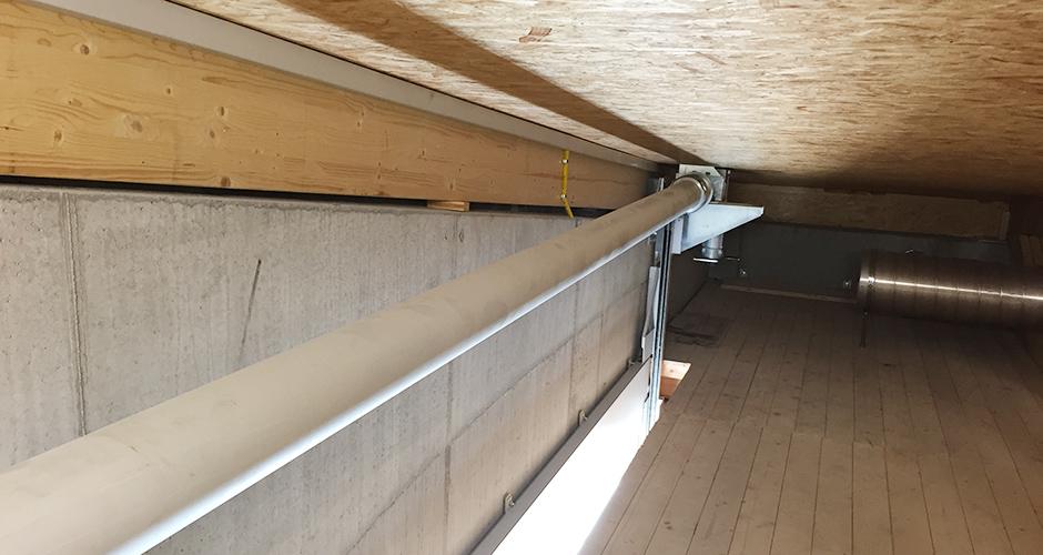 Antriebslösung der Fensterfront welche hoch gefahren werden kann mittels GfA-Aufsteck-ELEKTROMATEN SI