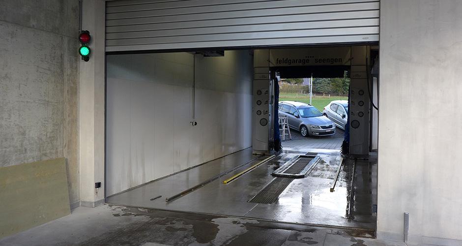 Rolltor Einfahrt & Ausfahrt bei einer Waschanlage