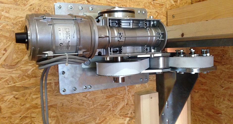 Grosse Holztore angetrieben mit einem Schiebetor GfA-ELEKTROMATE ST mittels Schlaufriemenantrieb welche mit einer Sonderspannkonsole gespannt wird. Die Kraftübertragung wird mit einem Antriebsriemen gemacht