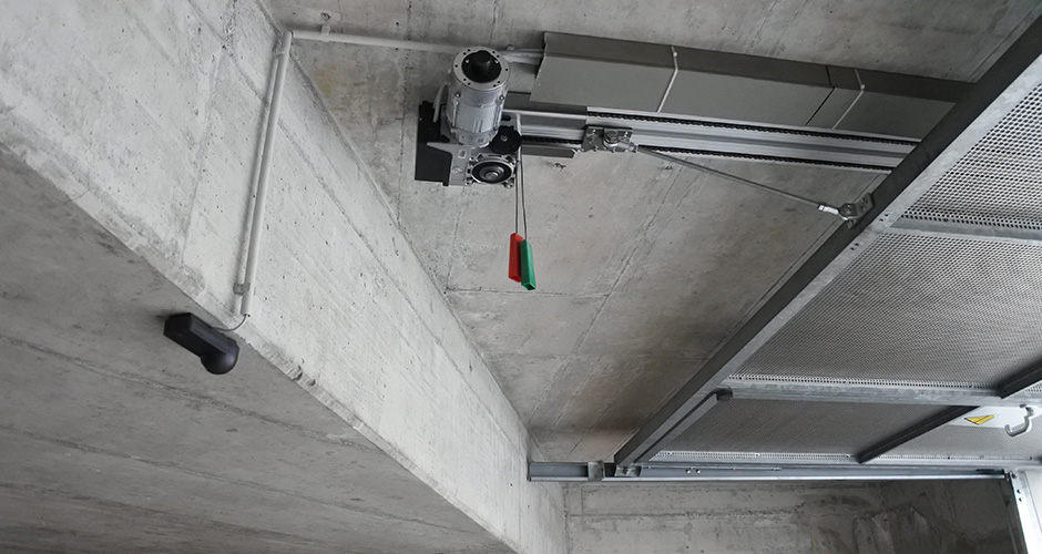 KS-Torantrieb - an einem Einstellhallen Kipptor